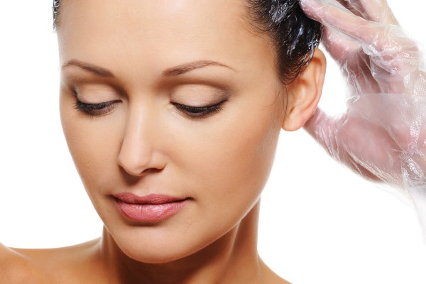 Como retocar a raiz dos seus cabelos em casa