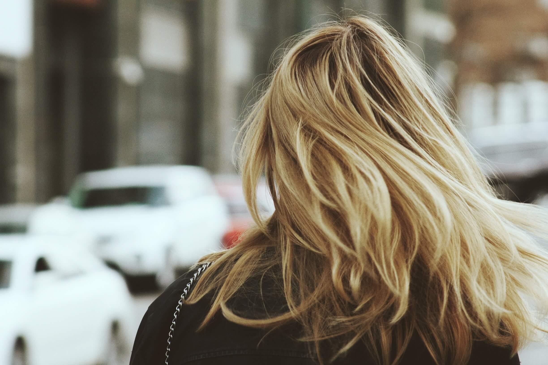 Você sabe como matizar o cabelo loiro em casa?