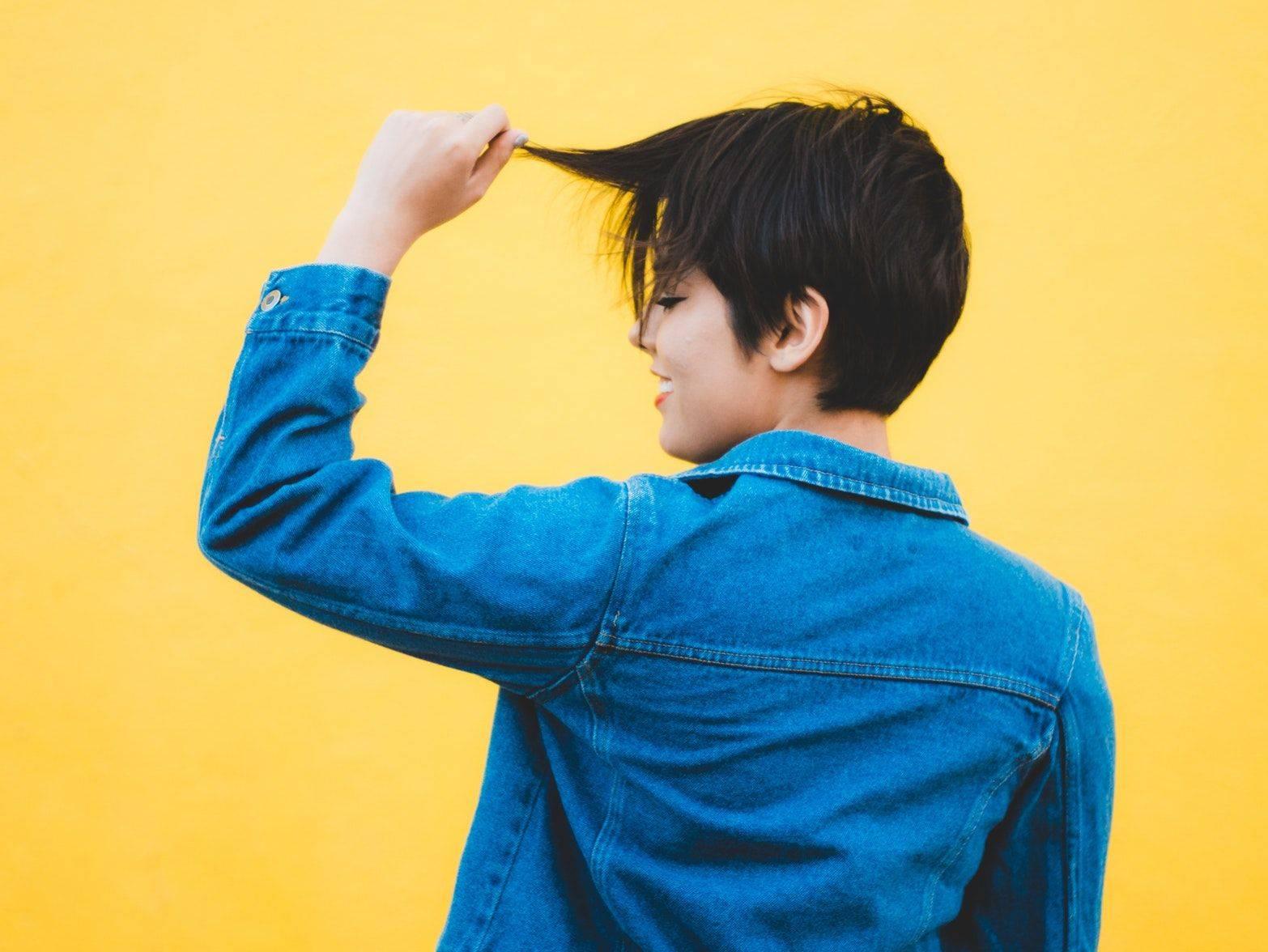 Qual a importância do teste de mecha antes de clarear os cabelos?